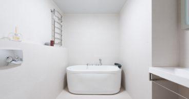 De badkamer van betonverf voorzien